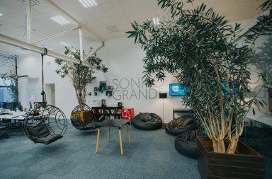 Um dos ambientes descontraídos na sede da fintech em Curitiba